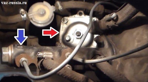 Красной стрелкой - показана рулевая колонки. Синей стрелкой - главный тормозной цилиндр.