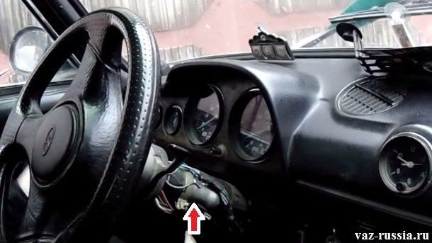 Стрелкой казана верхняя трубка опоры рулевого вала, сам вал находится во внутренней её части