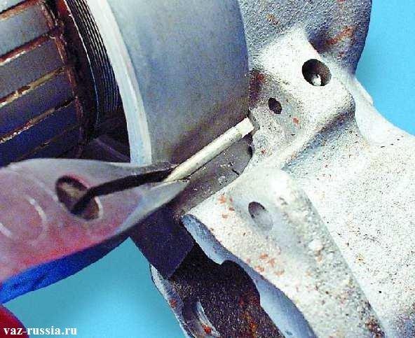 Извлечение шплинта оси рычага привода стартера