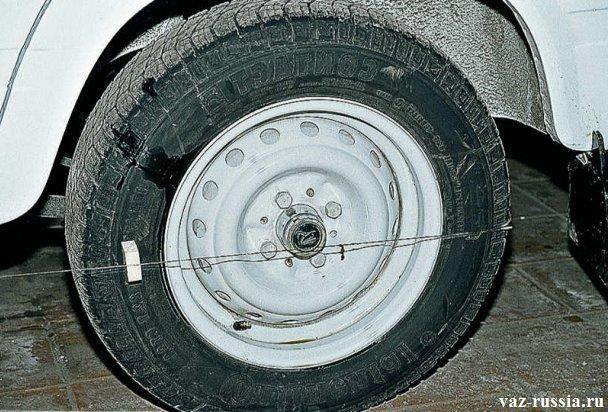 Замер схождение переднего колеса, посредством одевание нитки на заднее колесо и тем самым на переднее