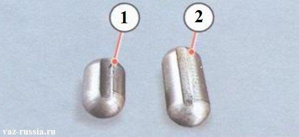 Слева - сухарь штока включения первой и второй передачи. Справа - сухарь штока включения третей и четвёртой передачи.