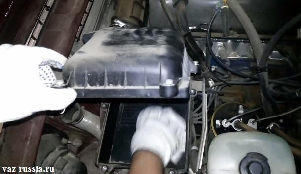 Протирание при помощи тряпки, внутренней части корпуса воздушного фильтра от пыли и грязи