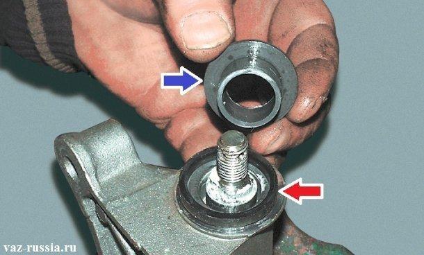 Синей стрелкой - указана втулка, а красной уплотнительное кольцо - эти обе детали необходимо снять