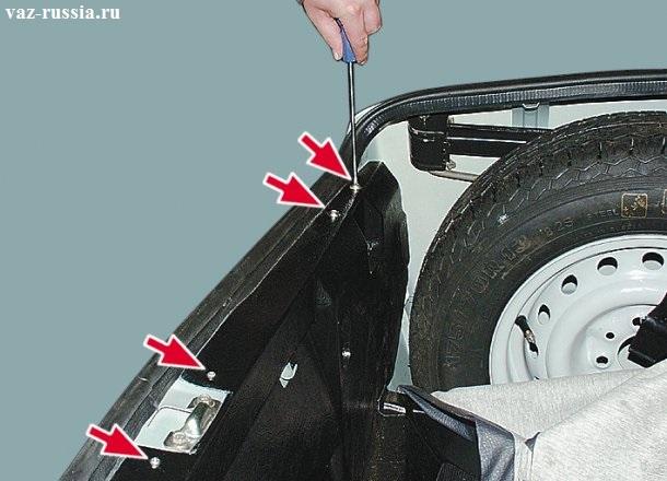 Отворачивание всех винтов крепления задней обшивки и тем самым снятие обшивки с автомобиля