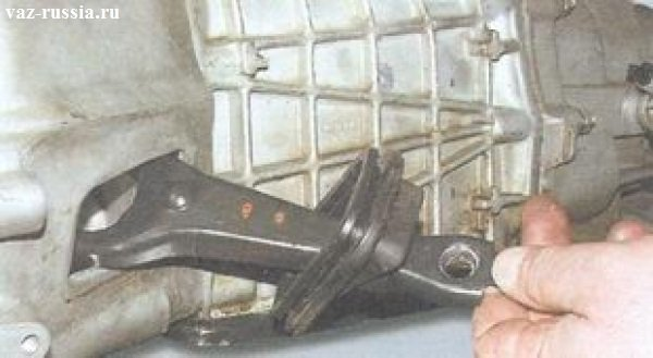Снятие вилки картера сцепления совместно с чехлом который установлен на ней