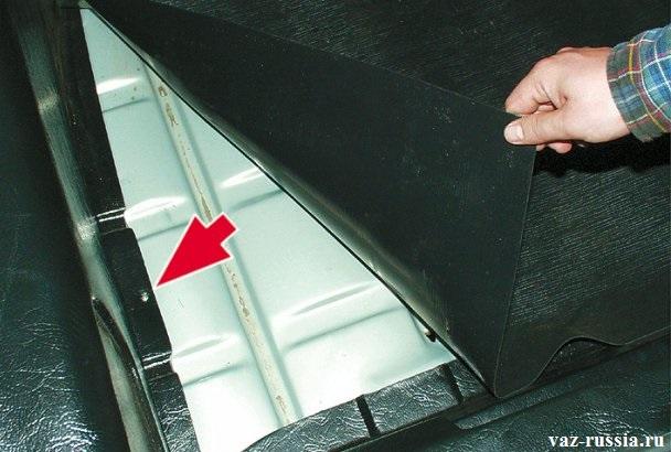 Нижний винт крепления правой обшивки бака, который так же подлежит выворачиванию