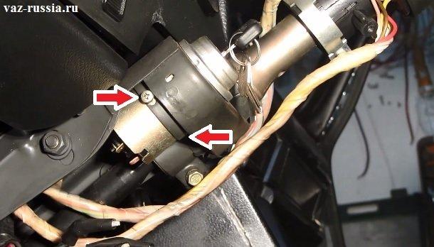 Стрелкой показаны два винта которые необходимо отвернуть, для снятия замка
