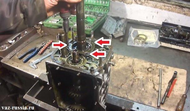 Выворачивание трёх основных винтов крепления стопорной пластины промежуточного подшипника