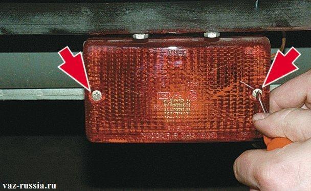 Выворачивание винтов крепящих плафон заднего противотуманного фонаря