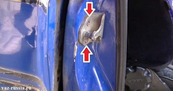 Стрелками указаны винты крепления замка двери