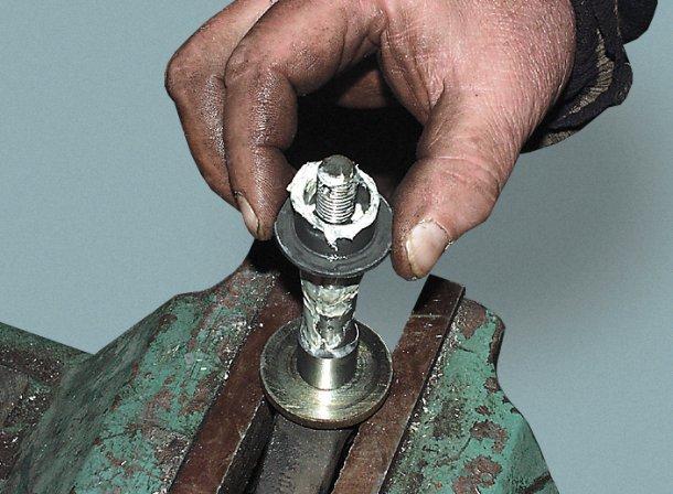 Снятие втулки с оси маятника