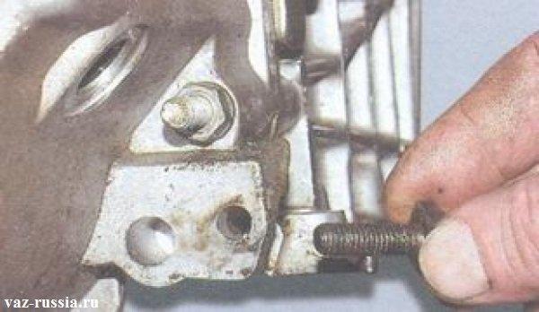 Закладной болт кронштейна приёмной трубы глушителя