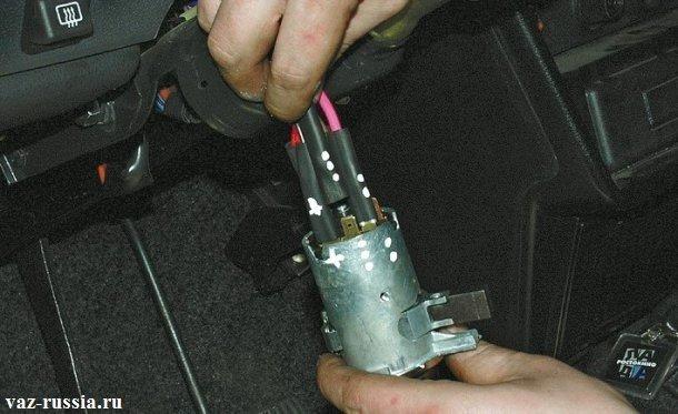 Промаркированные провода относительно замка, для их точной установки при обратной сборки