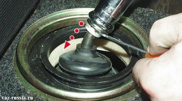 Фиксация отвёрткой запорной втулки и отпускание рычага и вследствие чего он выйдет из втулки и тем самым снимется с автомобиля