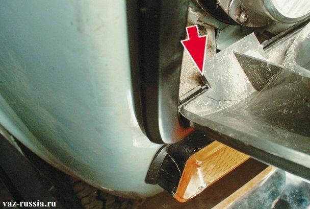 Установка нижней части облицовки на передние фары