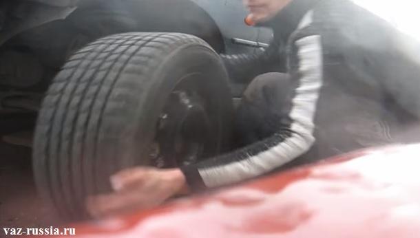 Снятие колеса с машины