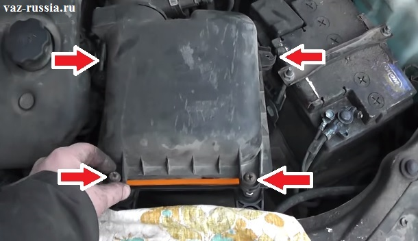 Стрелками указаны все винты которые крепят верхнюю крышку фильтра