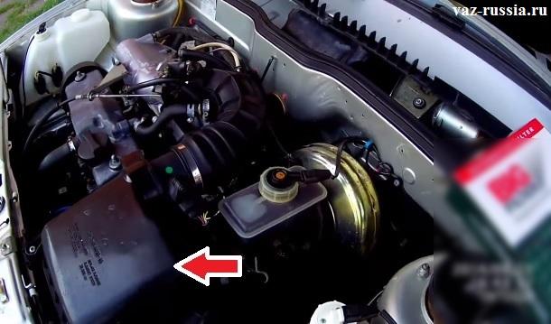 На фото изображён корпус воздухофильтра инжекторного автомобиля