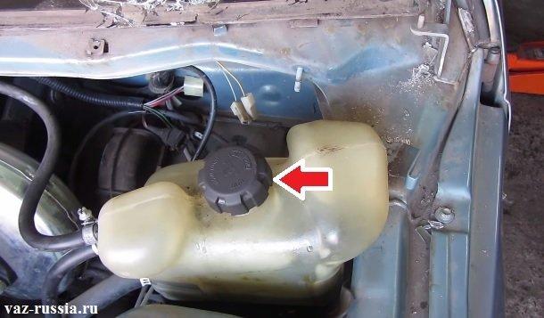 Стрелкой указана крышка расширительного бачка охлаждения
