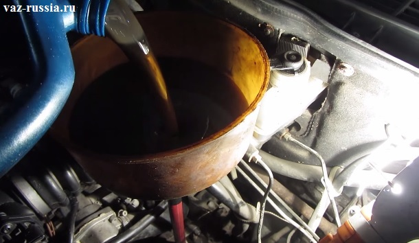 Заливание масла в заливное отверстие коробке нового образца