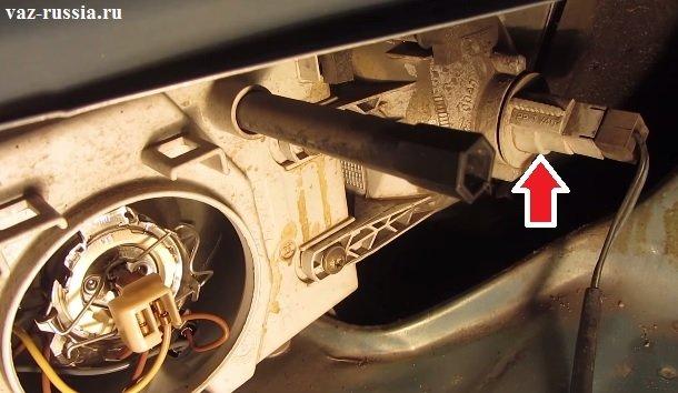 Стрелкой указан патронник лампы поворотника, за который нужно будет взяться рукой и повернуть по часовой стрелки и вынуть его из данного отверстия