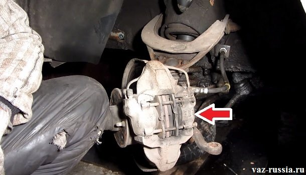 Стрелкой указан сам тормозной механизм внутри которого находятся два поршня и две тормозные колодки