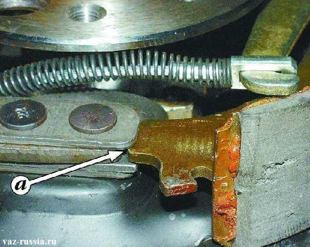 Установка нижней части тормозной колодки в отверстие которое указано стрелкой