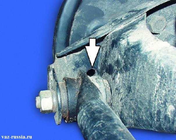 Стрелкой указано отверстие которое находиться в кронштейне поперечной тяги