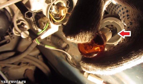 Стрелкой указан паз в цоколе в который должна будет войти при установке лампа