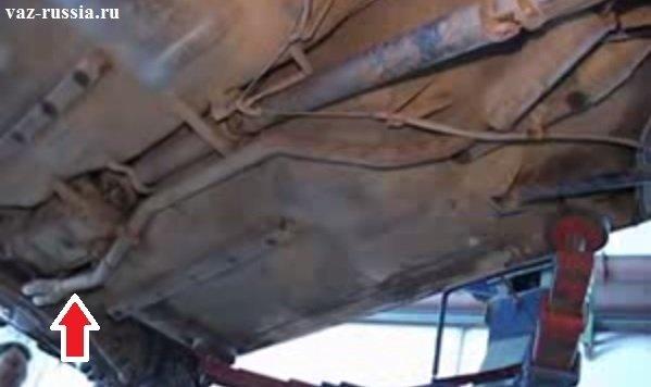 Стрелкой указана приёмная труба находящаяся в передней части автомобиля