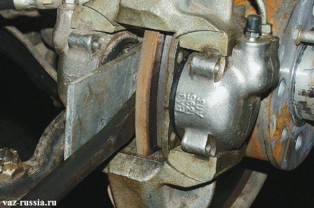 Утапливание тормозного цилиндра до упора в сам суппорт, для того чтобы он не мешался при установке новых колодок