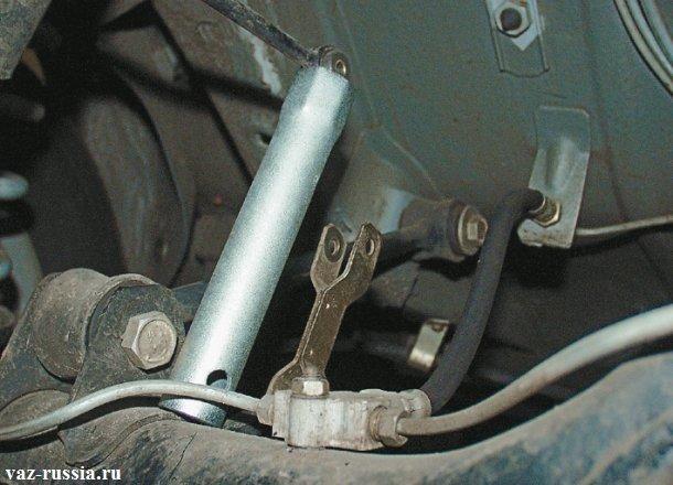 Установка свечного ключа таким образом, чтобы он удерживал тягу в подвешенном состоянии