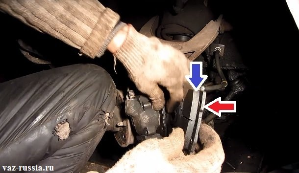 Синей стрелкой указана тормозная накладка а красной сам корпус колодки