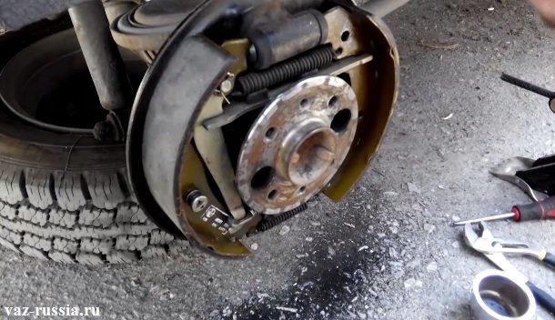 На фото изображён тормозной механизм, после снятия барабана с автомобиля