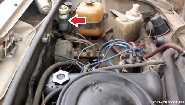 Тормозной бачок с жидкостью, уровень которой необходимо поддерживать и не в коем случае не опускать чуть ниже 15 мм