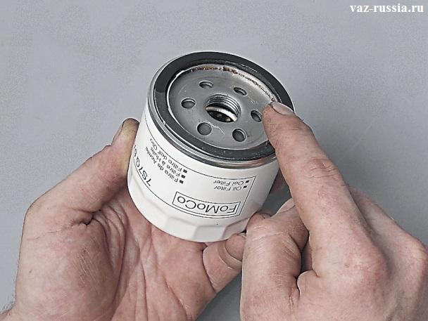 Обмазывание уплотнительного кольца фильтра при помощи нового масла