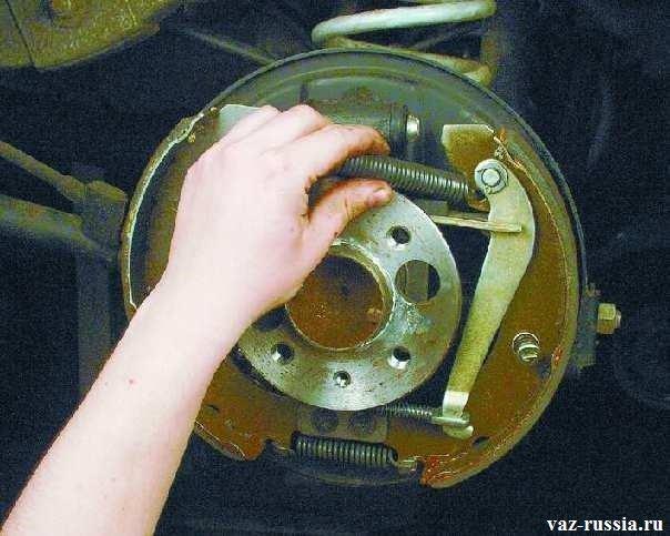 Установка верхней пружины в отверстия специальные которые отведены для неё