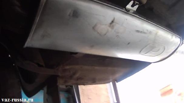 На фото изображено местонахождение задней части глушителя