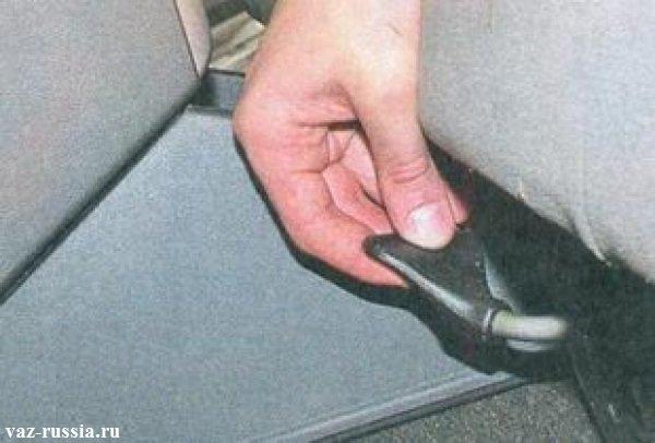 Блокирующий рычаг за счёт которого осуществляется регулировка передних сидений продольно