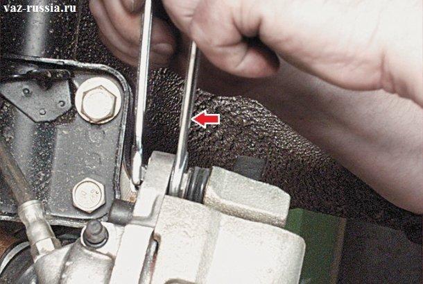 Выворачивание верхнего болта крепления верхней части скобы тормозного суппорта