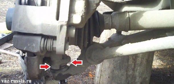Стрелками указаны два болта которые крепят шаровую опору к поворотному кулаку, но только к сожалению одно из болтов на фото не видно, но всё же примерно понять где оба болта располагаются просмотрев данное фото можно