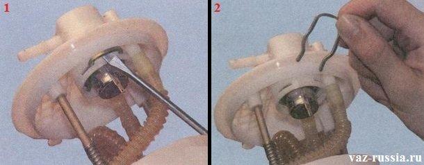 Вынимание из кронштейна фиксатора который крепит регулятор давления топлива и вследствие чего извлечение самого регулятора