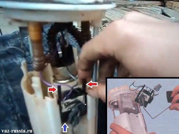 Разгибание фиксаторов крепления датчика уровня топлива и снятие датчика с корпуса
