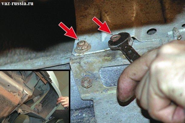 Выворачивание гаек крепления крыла к боковой части бампера автомобиля