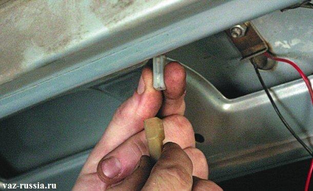 Разъединение между собой колодки проводов и разъёма