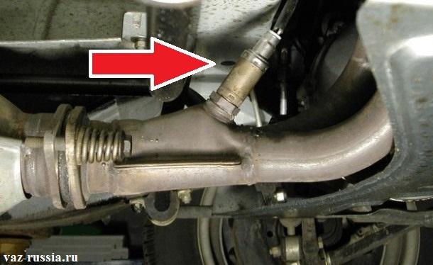 Стрелкой указано местонахождение датчика кислорода на приёмной трубе автомобиля с объёмом двигателя 1.5 литров