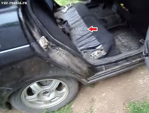 На фото стрелкой указан лючок под которым находится сам насос который подлежит замене