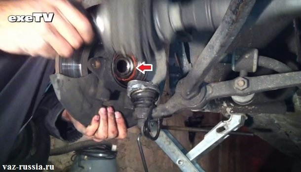 Стрелкой указан сам подшипник после отведения тормозного диска с кулаком в сторонку и после отсоединения самого шруса
