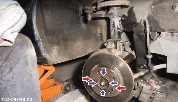 Синими стрелками показано место где ступица соединяется с диском, а красными стрелками указаны направляющие штифты крепления диска