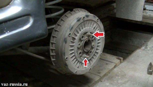 Стрелками указаны направляющие штифты, отвернув которые можно будет снять барабан с автомобиля